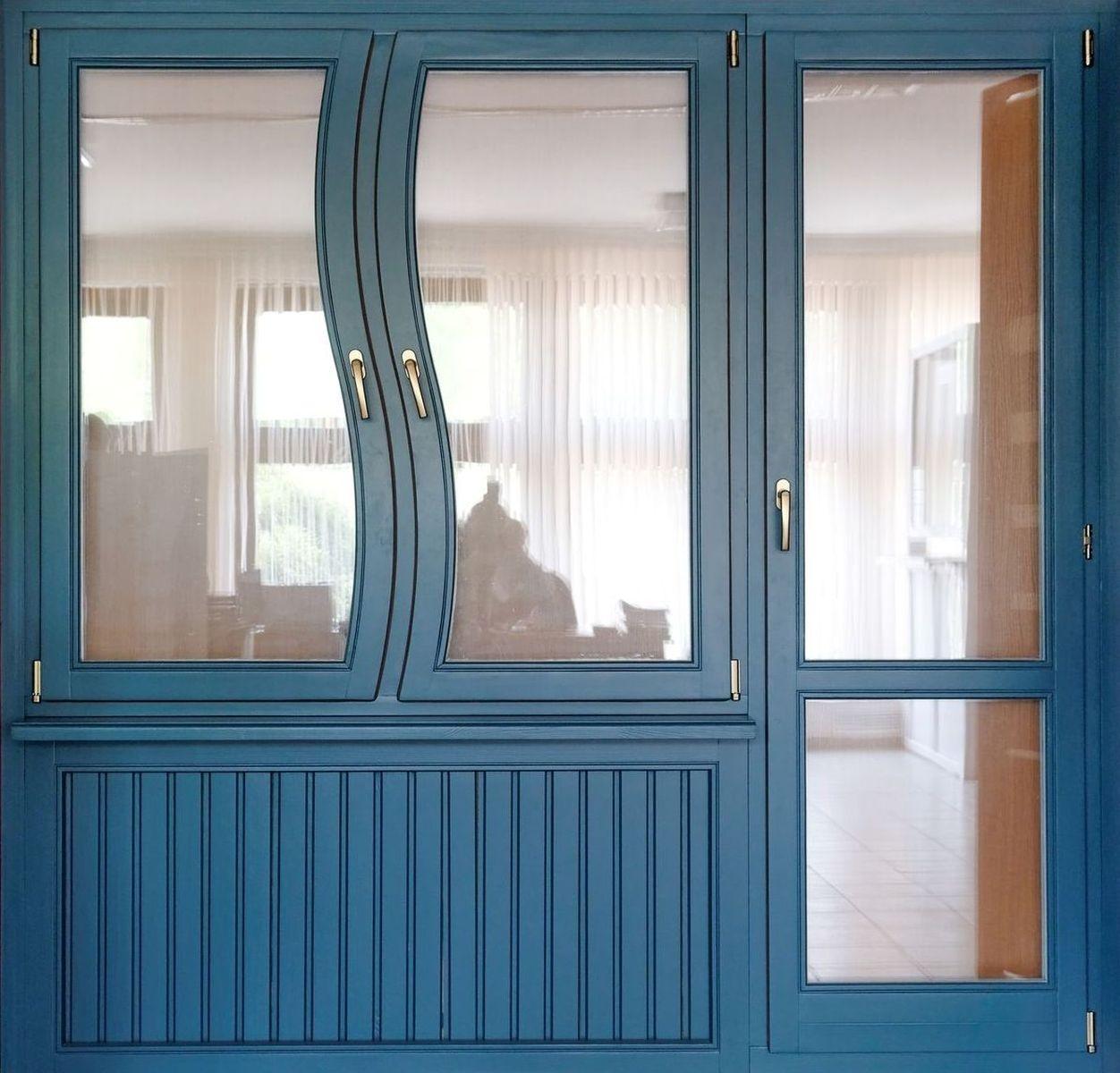 Вид пластиковых балконных дверей с окном..